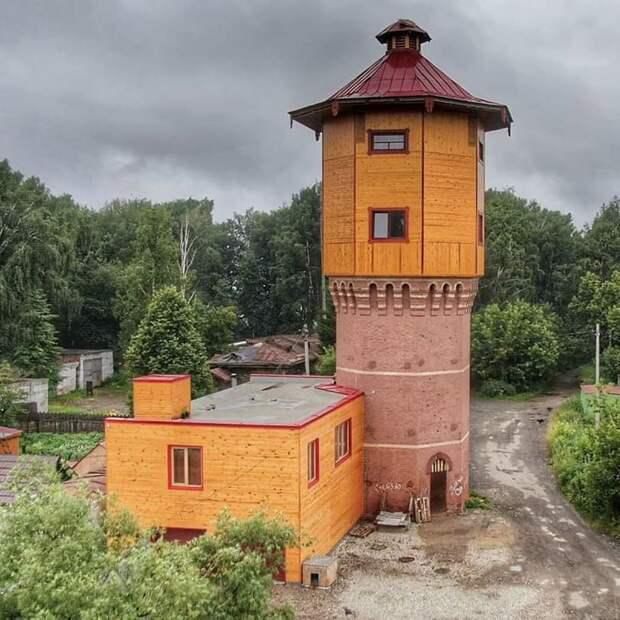 Парень выкупил водонапорную башню у властей и живет в ней. Он разорился на ремонте