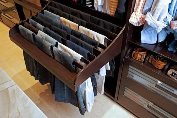 В условиях ограниченного пространства выдвижные конструкции, полки, дополнительные ящики и крючки помогут разместить одежду