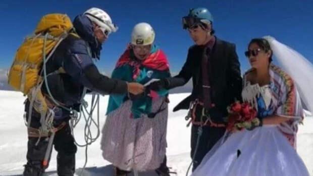 Боливийцы поженились в самой высокой точке Южной Америки