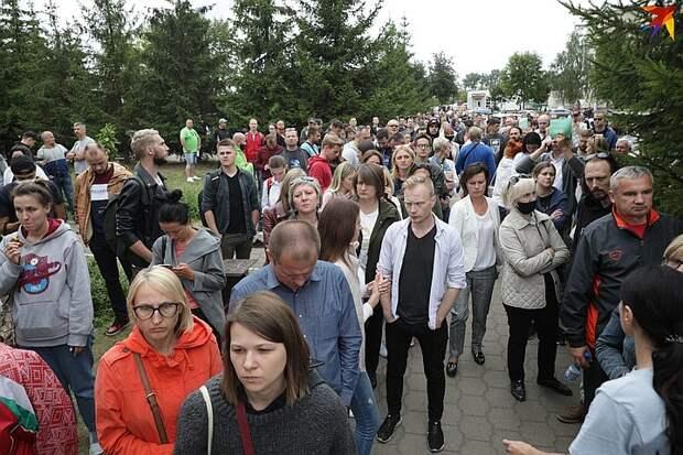В этой толпе - несколько сотен человек.