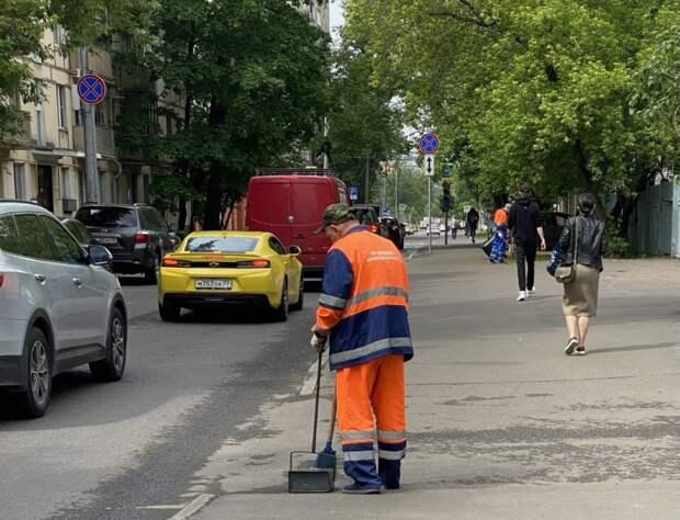 «Жилищник» очистил 1-ю Магистральную улицу от грязи