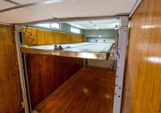 Кухня, туалет, и две машины. Как выглядит изнутри шикарный гараж на колёсах