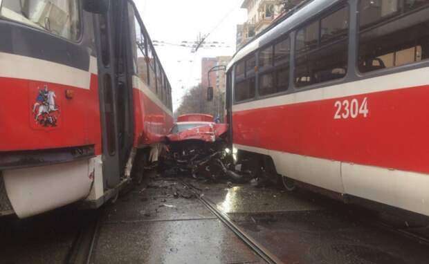 В Москве очевидцы сняли на видео автомобиль Audi, зажатый между двумя трамваями