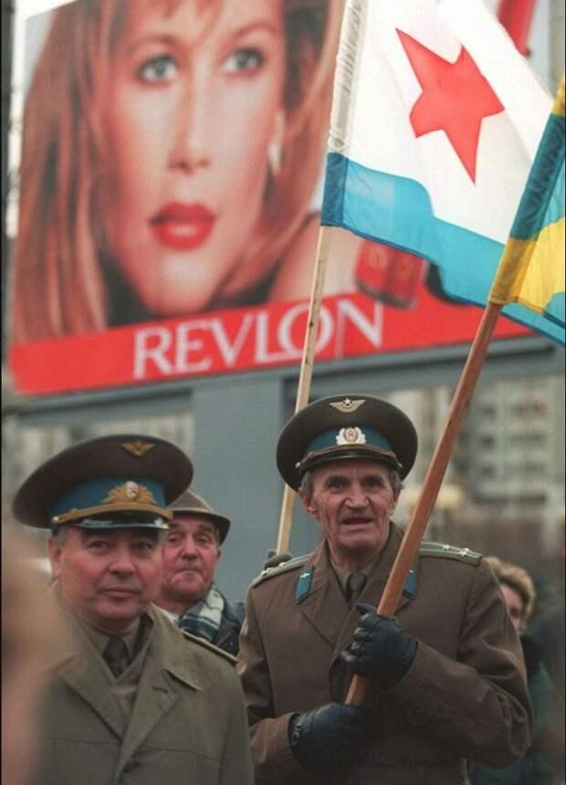 1996. Отставные офицеры во время демонстрации по случаю 79-й годовщины революции
