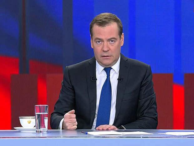 Медведев предупредил, что россиян могут начать прививать от коронавируса принудительно