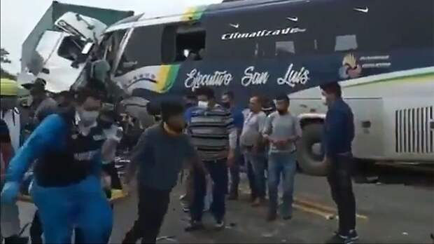 В Эквадоре девять человек погибли в результате ДТП с автобусом