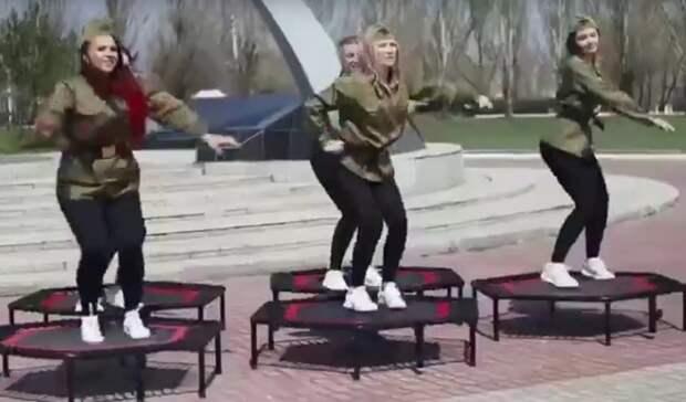 «Позор икощунство». В омском парке Победы сняли веселую рекламу фитнеса на батутах