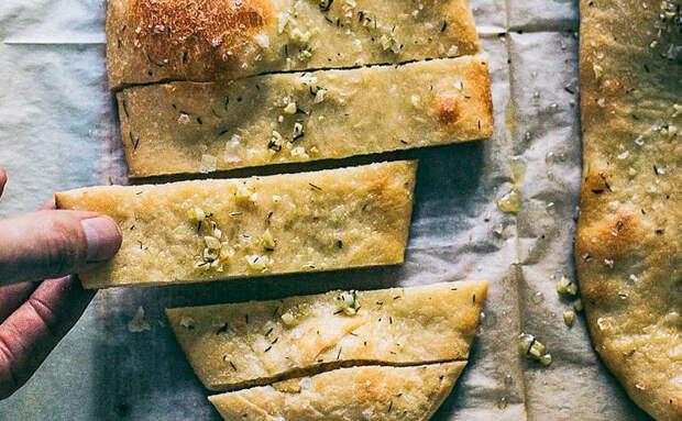 Фокачча с чесноком и зеленью: взяли полтора стакана муки и заменили хлеб на неделю вперед