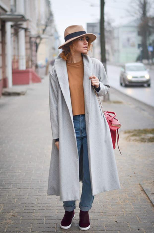 Девушка в длинном пальто и шляпе