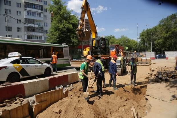 На улице Маршала Новикова ремонтируют дорогу