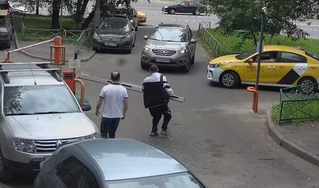 В проезде Серебрякова неизвестный мужчина выломал шлагбаум