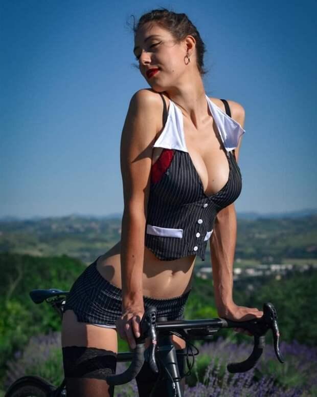 Фото для взрослых: девушки на велосипедах (30 фото)