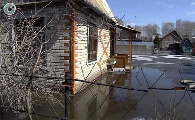 Дачников затопило талой водой в Первомайском районе