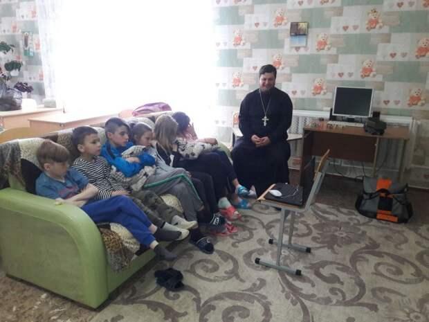 Священник посетил детский приют агрогородка Михалево.
