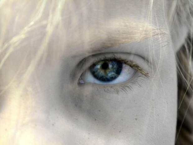 «Сейчас ты узнаешь, как вас воспитывать надо»: учительница на глазах у всех смыла с девочки макияж