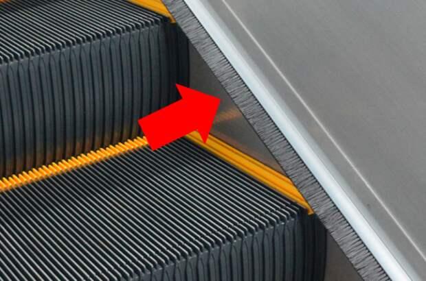 На эскалаторе сбоку есть особые щетки, которые многие не замечают. /Фото: pbs.twimg.com
