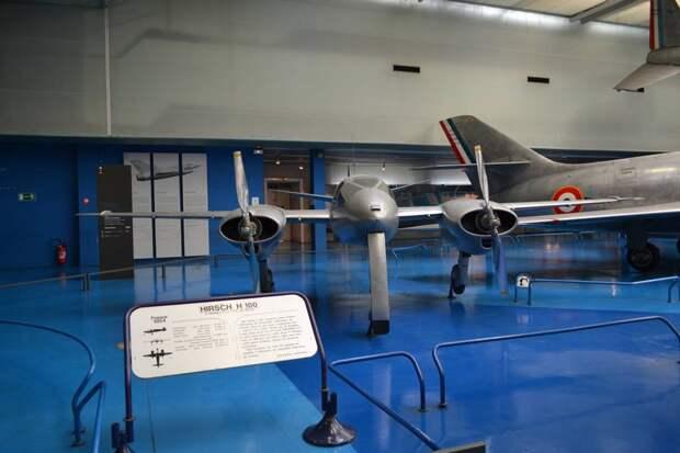 Спереди самолет Хирш Н.100 походит на пришельца из будущего. Действительно оригинальная машина. Однако решить такую сложную проблему, как адаптивное управление теми примитивными техническими средствами, которые были в распоряжении конструкторов в то время (1954 год!) он был не в состоянии
