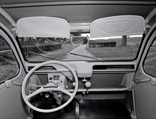 Узким и спартанским салон 'Гадкого утенка' оставался на протяжении всего жизненного цикла Citroen 2CV, citroen, авто, автомобили, олдтаймер, ретро авто, францкзкий авто