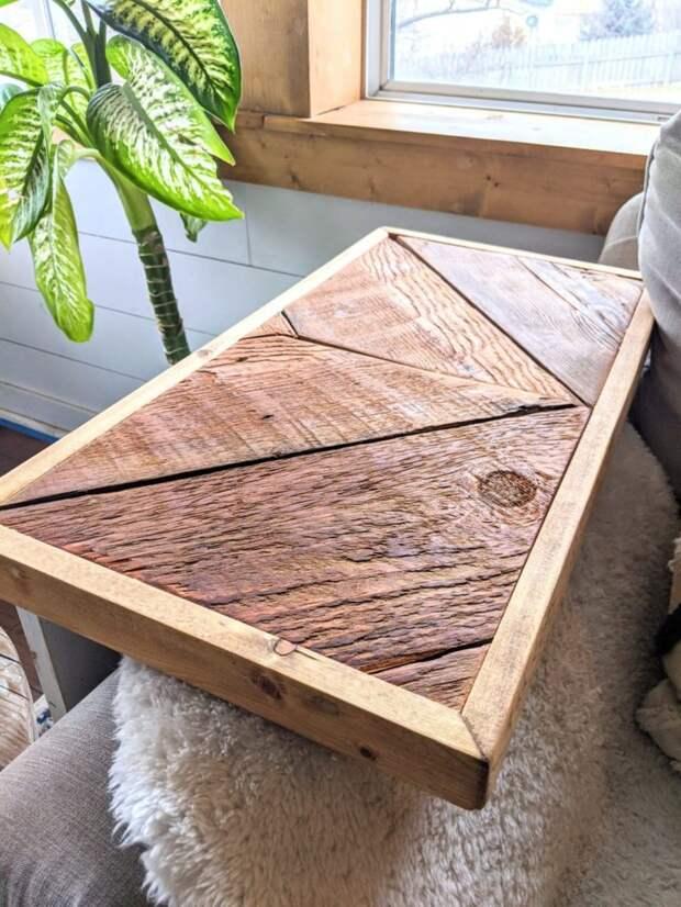 Компактный приставной столик с большими возможностями