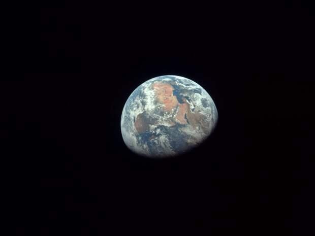 И она дрейфует в полном одиночестве во мраке космоса.   земля, космос, красота