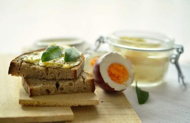 Ароматный ломоть хлеба с маслом.