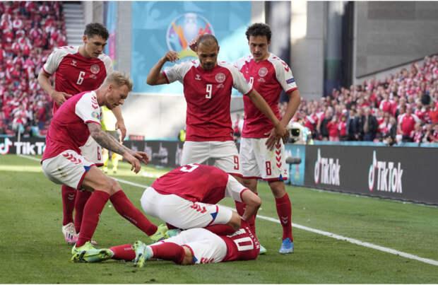 Датский полузащитник Кристиан Эриксен потерял сознание во время матча с финнами на «Евро-2020»