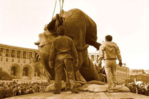 Снос памятника Ленину в Ереване. 1991