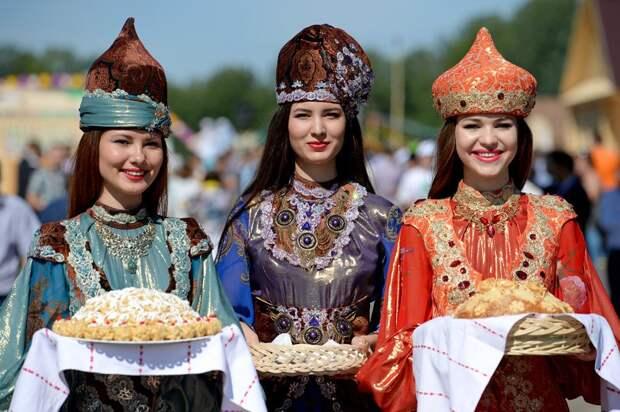 Девушки татарки в национальном одеянии. Фото взято из открытых источников
