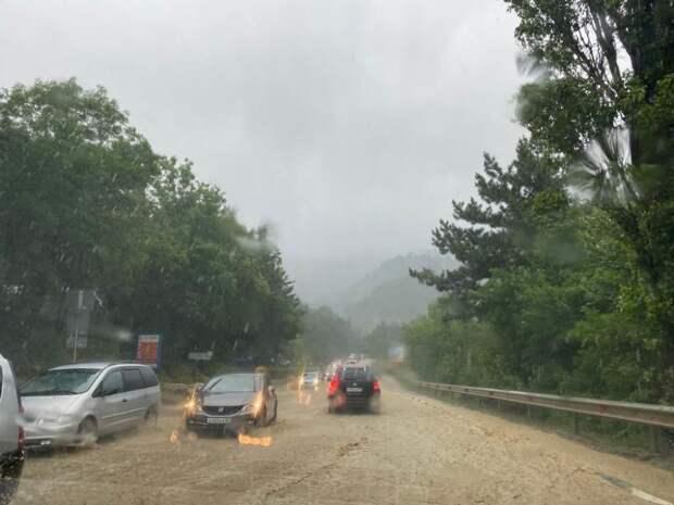 В Ялте из-за потопа остановили движение троллейбусов и двух автобусов