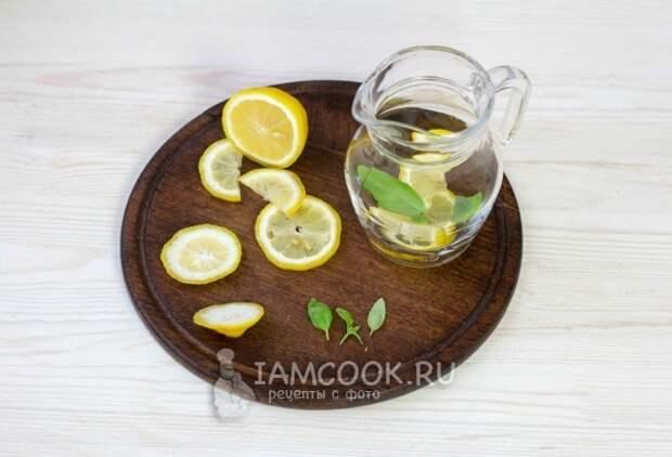 Положить в кувшин мяту и лимон