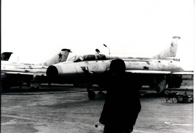Техник провожает в полет учебно-тренировочный самолет («спарку») Су-7У борт 71 в 34-м инструкторском АПИБ – аэродром Насосная (Кировабад, Азербайджанская ССР), 1979 г.