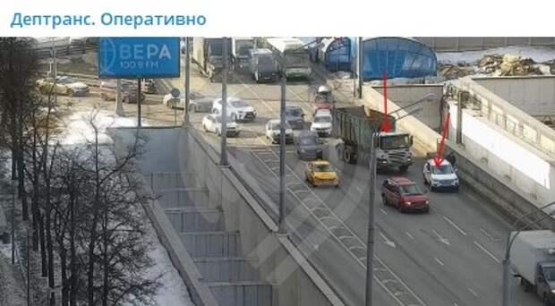 Из-за столкновения двух машин на Ленинградке перекрыли две полосы