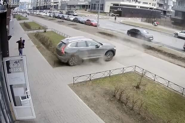 Петербуржец спас ребёнка от несущейся на него машины