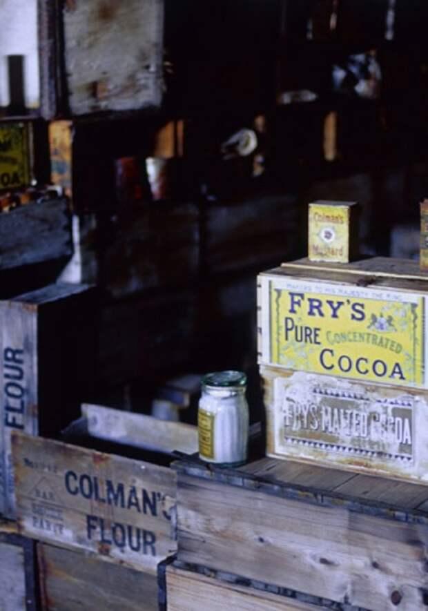 Старые припасы в хижине экспедиции Скотта. Станция «Мак-Мёрдо», Антарктида