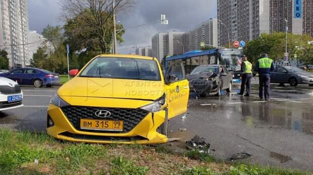 На Алтуфьевском столкнулись такси и легковушка
