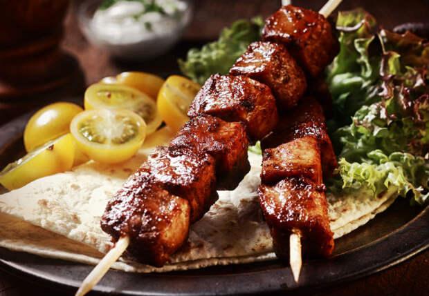 9 частых ошибок жарки шашлыка: слишком плотно насадили мясо