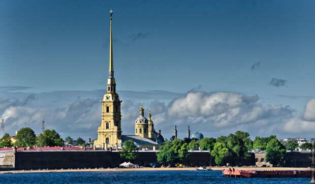 Шпиль колокольни Собора Петра и Павла в Петропавловской крепости. Фото: Тимур Агиров