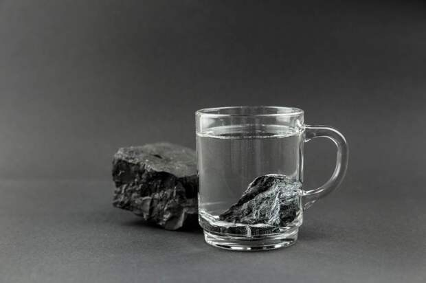 Чёрный камень побеждает злые силы