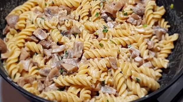Макароны с грибами на сковороде. Сытный ужин на скорую руку 2