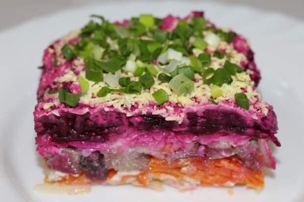 Селедка под шубой — один из самых любимых салатов советских хозяек. /Фото: ferma-biz.ru