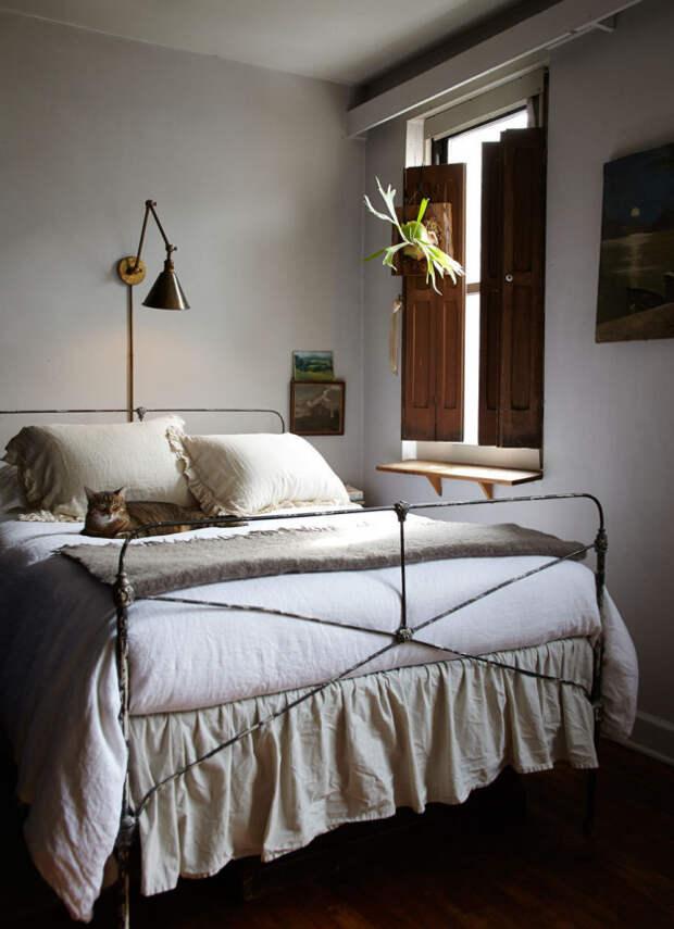 2. Если на тумбочке нет места для лампы, повесьте над кроватью настенное бра интерьер, квартира, советы, хитрости