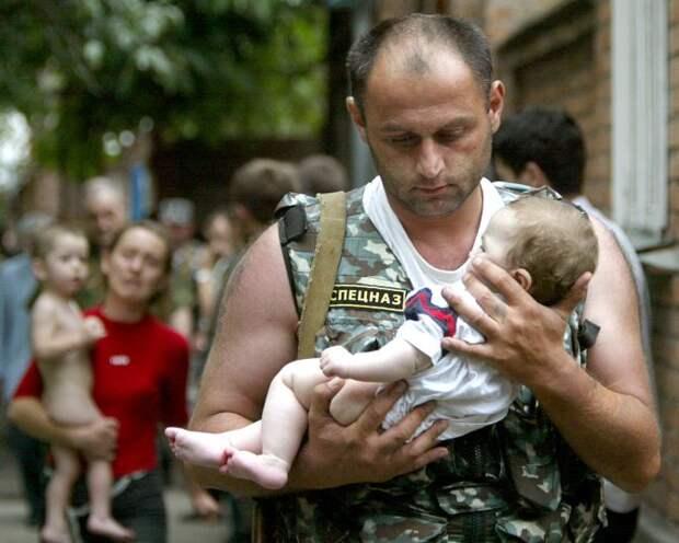 Бывший офицер спецназа стал беспомощным ребенком, спасая детей
