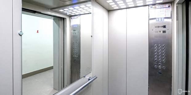 В доме  на Академика Комарова хулиганы разбили зеркало в лифте