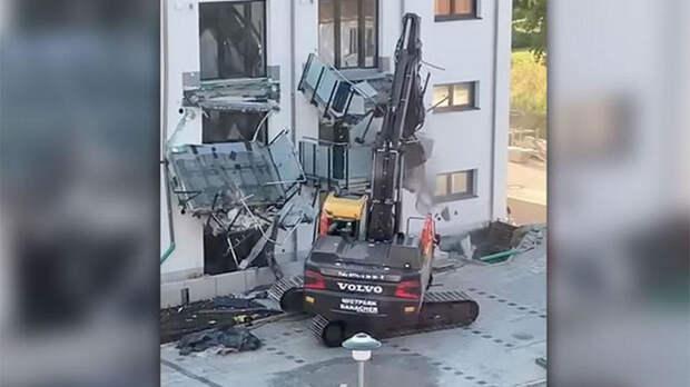 Строитель на экскаваторе разгромил жилой дом из-за долгов