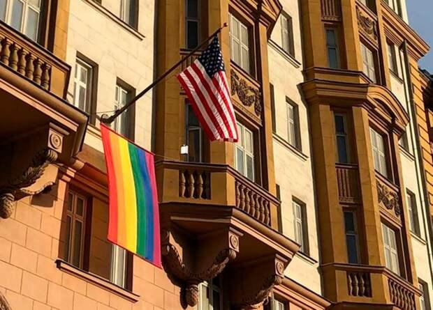   Посольства США и Великобритании вывесили флаги ЛГБТ. Россияне возмутились