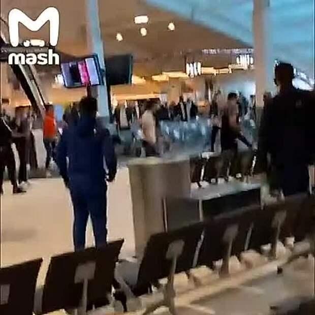 Постковидный мир соскучился по старому доброму массовому махачу в аэропорту. И...