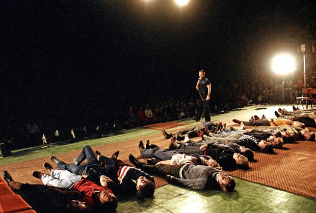 Анатолий Кашпировский проводит сеанс массового гипноза в Москве, 1988 год