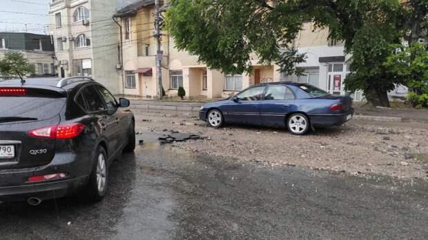 Ливень смыл асфальт на одной из улиц крымской столицы