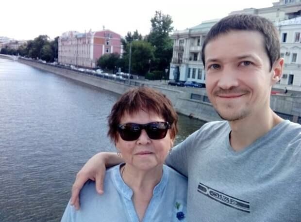 хоть ей 67, но физический труд на участке идёт на пользу нам обоим - худеем вместе) дача, земля, отдых, пикник, труд, участок