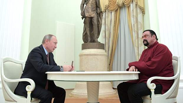 Президент РФ Владимир Путин и американский актер Стивен Сигал во время встречи в Кремле. 25 ноября 2016